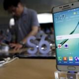 Samsung har haft problemer med at levere Galaxy S6 Edge-telefonen med den buede skærm, og det har kostet salg. Her ses Galaxy S6-telefonen i en butik i den sydkoreanske hovedstad, Seoul. Foto. Kim Hong-ji, Reuters/Scanpix