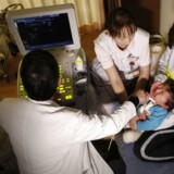 En læge undersøger et barn for kræft i skjoldbruskkirtlen på en klinik cirka 50 kilometer fra det tsunami-ødelagte Fukushima-atomkraftværk. Der er en forhøjet risiko for, at japanere, der enten har boet eller bor i nærheden af atomkraftværket Fukushima Daiichi, rammes af forskellige former for kræft. Det fastslår verdenssundhedsorganisationen WHO torsdag ifølge nyhedsbureauet Reuters.
