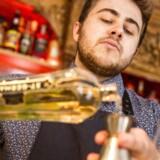 Bartender Max Berrington fra Brønnums laver cocktails til nytår.