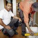 Den syriske flygtning Nazir Abdelmajed Al Hafez monterer nyt køkken med kollegaen Benny Jensen i Slagelse.