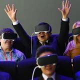 Dette års Mobile World Congress er skudt i gang i Barcelona, og besøgende tester begejstret den nye 'Oculus VR' virtuelle enhed, som Samsung kunne præsentere ved messen.
