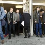 Frustrerede medarbejdere hos Sony Mobile forlader stormødet mandag, hvor de fik at vide, at lige under halvdelen af alle ansatte i Sverige skal ud. Tilsyneladende er der dog rift om dem andre steder. Foto: Ola Torkelsson, Reuters/TT/Scanpix