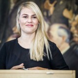 Nye medlemmer af Folketinget skriver under på Grundloven. Laura Lindahl (Liberal Alliance).