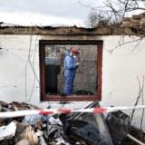 Tirsdag anholdte politiet en 33-årig mand, som mistænkes at stå bag 23 brande i løbet af efteråret i og omkring den nordjyske by Fjerritslev. En 89-årig kvinde var nær brændt inde i sit stråtægte hus og her ses politiets teknikere på brandstedet. Den 33-årig sigtes for mordbrand i netop dette brandtilfælde.