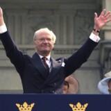 Den skandaleramte konge Carl Gustaf XVI vinker til det svenske folk, da han i 2006 fylder 60.