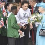 Dronning Elizabeth taler med elever på en skole i det østlige London, hun besøgte i fredags sammen med Prins Philip.