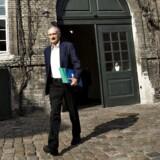 Kirke- og kulturminister Bertel Haarder (V) forlader Kirkeministeriet tirsdag morgen d. 10. maj 2016 efter forhandlingerne om en aftale mod ekstreme imamer. (Foto: Jens Astrup/Scanpix 2016)