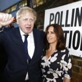 Boris Johnson forlader stemmestedet i det nordlige London sammen med sin kone, Marina Wheeler