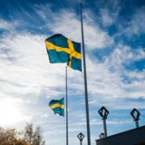Flaget var fredag på halv stang uden for Kronan-skolen, hvor en ung sværdbevæbnet mand torsdag dræbte to, inden han selv blev skudt af politiet.