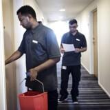 32-årige Dawit Andemeskl (tv.) er i praktik på hotel Crowne Plaza Copenhagen Towers i Ørestaden ved København. Han er flygtet fra Eritrea, og er glad for at komme i gang med at arbejde på hotellet. Khurram Razzaq Kayani (th.) er hans mentor i praktikforløbet.