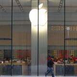 Personalet i Apples butikker skal uddannes først, inden Apple om angiveligt nogle uger begynder at tilbyde penge for dem, der vil skifte fra Android eller Windows til iOS og Apple-verdenen. Arkivfoto: Rolex dela Pena, EPA/Scanpix