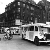Hvide Røde Kors-busser bragte kz-fanger hjem til Danmark efter befrielsen. Her er det busser, der kører forbi Rådhuspladsen. Klaus Larsen Larsen beskriver også den indsats i sin bog, men kun ud fra den danske litteratur.