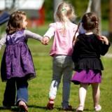 Det er vigtigt for børns udvikling at blive krammet og trøstet af voksne, men det er ikke alle børn, der oplever denne omsorg fra pædagogerne, når de er i børnehave.