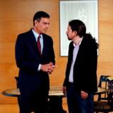 Premierminister Pedro Sanchez hilser på Podemos-lederen Pablo Iglesias under et af deres bemærkelsesværdigt få møder på tomandshånd under de månedlange regeringsforhandlinger, der tirsdag brød definitivt sammen..