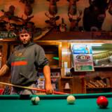 Aaron Jetto spiller pool på Big Dick's bar i Spooner, Wisconsin. Baren er berømt for, at John F. Kennedy besøgte den to gange samme dag under sin præsidentkampagne i 1960.