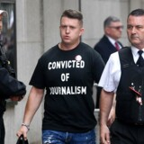 Tommy Robinson ankommer 11. juli til the Old Bailey i London, hvor han blev idømt ni måneders fængsel for foragt for retten. Han bærer en T-shirt med teksten »Dømt for journalistik«.