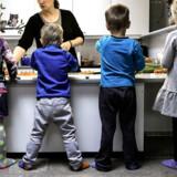 Forskere mener, at de mange sager om mistrivsel i daginstitutioner skyldes for dårlige pædagoger: »De forventninger, vi har til læreruddannelse, er der slet ikke til pædagoguddannelsen. Det viser, at samfundet stiller krav til, hvem der skal undervise vores børn, men der er ingen krav til dem, der har ansvaret for vores børns opvækst,« siger professor. Dekan for pædagoguddannelse mener, at en anden faktor end dårlige normeringer er med til at underminere institutionerne og de pædagogstuderende.