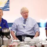 Den britiske premierminister, Boris Johnson, rejser i øjeblikket rundt i Storbritannien og besøger vælgere. Han var onsdag på besøg på Whipps Cross University Hospital i det østlige London.