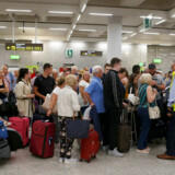 De britiske myndigheder har iværksat en plan, så strandede rejsende kan blive fragtet hjem. Her ses en del af disse i Mallorcas Lufthavn.
