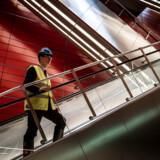 Titusindvis af rejsende vil hver dag valfarte op og ned ad disse rulletrapper på den nye metrostation ved Københavns Hovedbanegård, når Cityringen er åbnet om en lille uges tid. Det vil skabe pres på nogle af byens stationer. De udfordringer kan letbaner og busser i faste baner være med til at løse, mener transportminister Benny Engelbrecht (S).