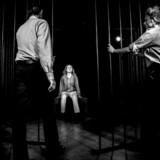 Forestillingen »Den første dråbe blod« – målrettet unge – spiller på Teatret Fair Play i Holbæk og handler om Kundby-pigen, der sidder i fængsel for forsøg på terror.