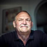 Arne Juhl er blevet frontfigur i den socialdemokratiske kampagne for, at nedslidte danskere kan trække sig fra arbejdsmarkedet inden folkepensionsalderen. Men Arne Juhl kommer aldrig selv på den socialdemokratiske ordning. Han kan nemlig gå på efterløn samme dag, som han ville kunne gå gavn af en socialdemokratisk model. Og efterløn vil ifølge beskæftigelsesminister Peter Hummelgaard være mere attraktivt.