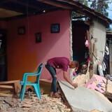 Med en styrke på 6,5 rystede et jordskælv Maluku-øerne i Indonesien torsdag formiddag dansk tid. Flere bygninger i byen Ambon faldt sammen. Aisyah Putri/Ritzau Scanpix