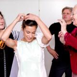 Måske kan sløret hæftes fast øverst i danser Helene Cassados frisure - Dronningen i aktion sammen med modist Debbie Boyd, mens koreograf Yuri Possokhov ser til.
