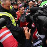 Mads Pedersen blev nærmest overfaldet af hjælpere, holdkammerater og fotografer, da han var kommet over målstregen som ny verdensmester. Ben Stansall/Ritzau Scanpix