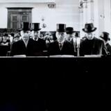 Biskop Hans Fuglsang-Damgaard (tv.) i synagogen i København lige efter befrielsen. Han var en af de første ledende skikkelser i Danmark, der blev klar over faren fra nazismen og jødehadet, og han risikerede personligt sit liv i en række tilfælde. Ved siden af ham står C. B. Henriques, der var formand for den jødiske meninghed og højesteretssagfører.