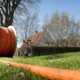Gennem over ti år har energiselskaberne gravet fiberkablet til lynhurtige internetforbindelser og TV ned overalt i landet. Nu åbnes nettene, så konkurrenter kan leje sig ind og selv sælge bredbånd og TV til kunderne. Arkivfoto: Nils Meilvang, Ritzau Scanpix