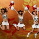Cheerleaders konkurrerer om en plads ved åbningen af De Olympiske Lege i Beijing, 2008, der tændte en vild flamme af nationalisme i det meste af Kina. Nogle år efter udgav Yu Hua »Kina i ti ord«
