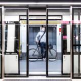 En passager med cykel i et tog på den nye metrolinje Cityringen