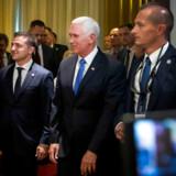 I september mødtes den amerikanske vicepræsident Mike Pence (i midten) med Ukraines nyvalgte præsident Selenskyj (tv). På mødet forklarede han, at USA ville tilbageholde bistand til Ukraine, indtil regeringen begyndte at slå hårdere ned på korruption.