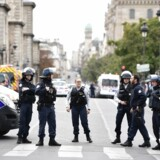 Et stort område omkring politihovedkvarteret på île de la Cité lige over for Notre Dame-katedralen blev afspærret efter knivdramaet.