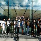 Kinesiske Apple-kunder i kø i det østlige Kina for at få fingre i et nyt Apple-produkt.