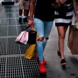 Mens fast fashion-modemærker som H&M, Zara og Forever 21 for alvor har domineret det amerikanske marked i det seneste årti, er andelen af tekstilaffald vokset eksplosivt på affaldspladsen, og det belaster klimaet. Nu er det tid til at ændre shoppingvaner.