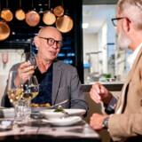Søren Frank interviewer maleren Michael Kvium på restauranten Salon. Kvium har siden 1995 lavet kogebøger sammen med Salons kok »Røde« Claus Christensen og været medlem af dennes torsdagklub.