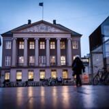Danske Bank er fortsat landets absolut største bank. Men negative renter presser både bankens top- og bundlinje.