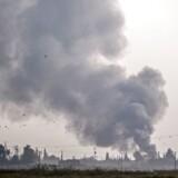 Røgen rejser sig fra den syriske by Tal Abyad, som i går var én af de første, der blev bombet af tyrkiske jagerfly i den militære offensiv mod kurdiske militser.