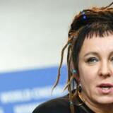 Olga Tokarczuk har været nævnt igen og igen som en mulig modtager af nobelprisen i litteratur. I minutterne op til offentliggørelsen, der blev live-transmitteret på SVT1, nævnte den ene af litteraterne i studiet hende da også som sin favorit,