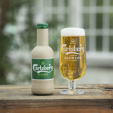 Carlsberg har udviklet to prototyper til ølflasker af papir, som selskabet vil offentliggøre på klimamødet C40 i København. Thomas Rockall Muus, Carlsberg/Free