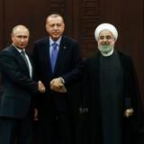 Ruslands præsident, Vlamimir Putin, forstår at spille på mange heste i Mellemøsten. Her under et møde med Tyrkiets præsident, Recep Tayyip Erdogan, og Irans præsident, Hassan Rouhani, under et møde om Syrien i Ankara.