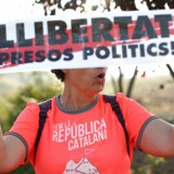 En kvinde demonstrerer her foran et fængsel i Catalonien, hvor en række tidlgere separatistledere sidder fængslet. På skiltet står der »befri politiske fanger«. - Foto: Jon Nazca/Reuters