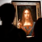 Det er højst usikkert, at dette maleri, »Salvator Mundi«, som tilskrives Leonardo da Vinci, som planlagt bliver udstillet på Louvre i anledning af 500-året for Leonardo da Vincis død. Billedet blev solgt i 2017 for ca. tre mia kr. hvilket er den højeste pris for et maleri nogensinde.