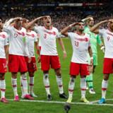Syv tyrkiske spillere gjorde efter 1-1-målet mod Frankrig honnør. Fra venstre mod højre er det Mahmut Tekdemir, Burak Yilmaz (anfører), Irfan Kahveci, Merih Demiral, Umut Meras, Mert Gunok (målmand) og Cenk Tosun. Flere af dem spiller til daglig i den Erdogan-venlige Istanbul-klub Basaksehir.
