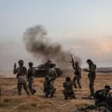 De tyrkiske styrker har allerede sikret sig kontrollen over 100 kilometer af grænsen mellem Tyrkiet og Syrien. Tyrkiets præsident, Recep Tayyip Erdogan, meddelte mandag, at de blandt andet havde indtaget grænsebyen Ras al-Ain.