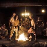 Nutidsfotografi fra vikingemarkedet på Trelleborg, hvor en flok feststemte vikinger var forsamlet til den traditionsrige årlige baconfest, og hvor luften var tyk af røg, sved og svineflæsk. Arkivfoto: Thomas Lekfeldt/Ritzau Scanpix.