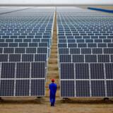 I et stigende antal lande er solkraft i dag konkurrencedygtig med kulkraft. Her ses en nyetableret solcellepark i Dunhuang i Kina.