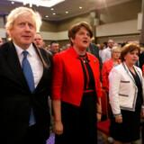 Dengang det hele var nemt: Boris Johnson var gæst hos Arlene Foster på årsmødet hos hendes parti, Democratic Unionist Party, og partiets græsrødder elskede ham for hans hårde Brexit-retorik. Men nu er han selv havnet, hvor så mange af hans forgængere også er havnet. På nej-siden af DUP.